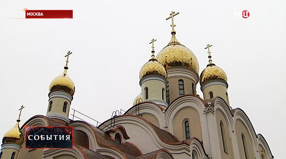 Золотые купола на строящейся церкви блаженной Матроны Московской