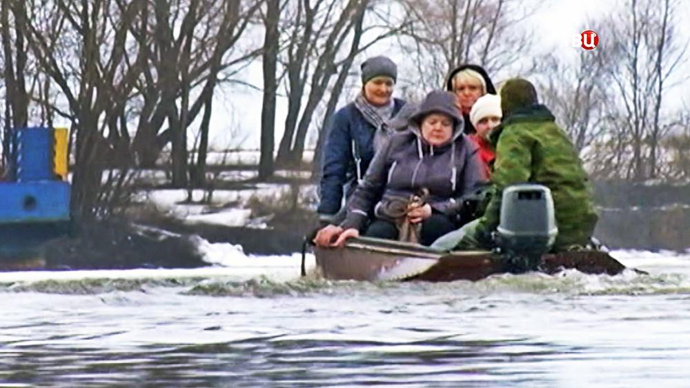 Лодочная переправа по реке