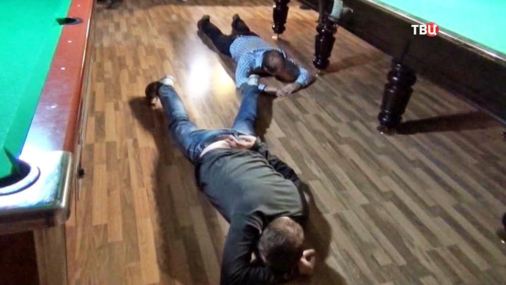 Задержанные лежат на полу