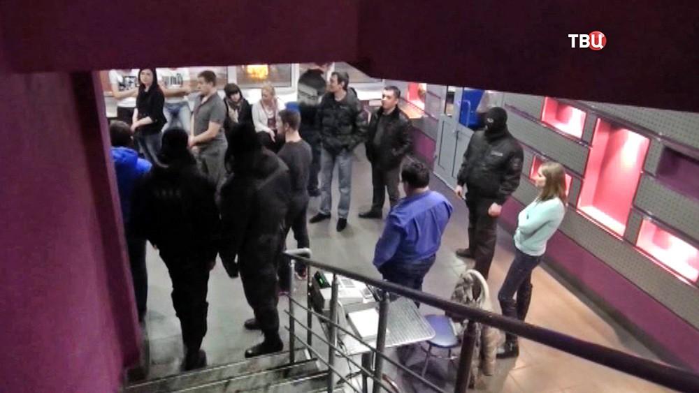 Полиция проводит рейд в ночном клубе