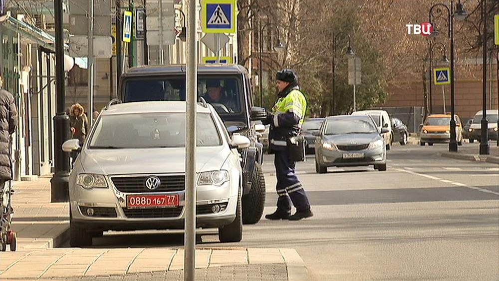 Инспектор ДПС проверят права у водителя