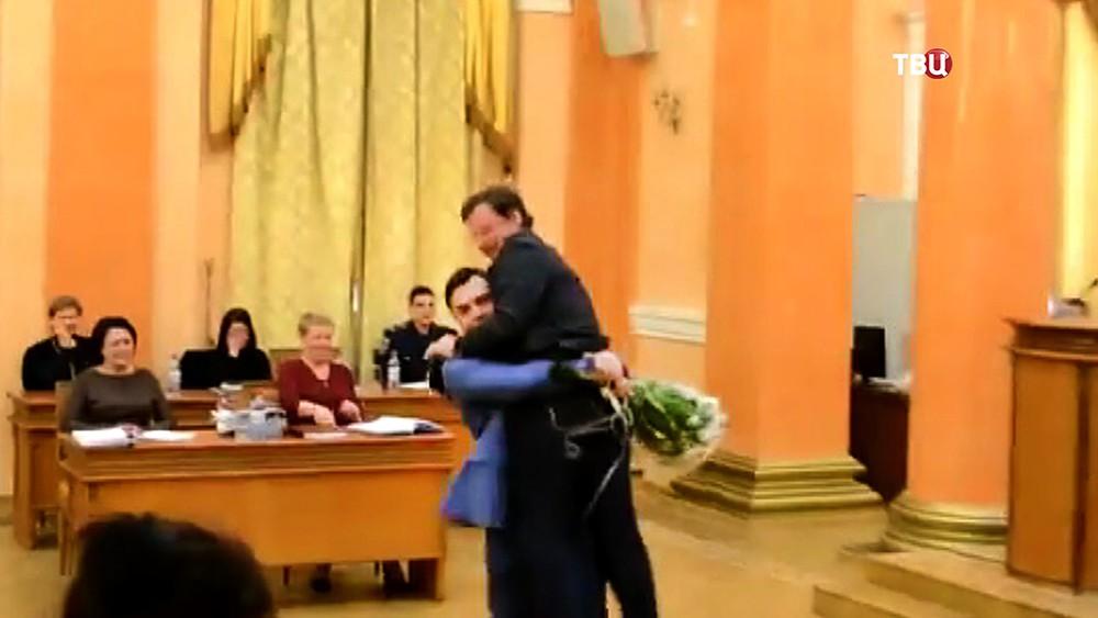 Заместителя губернатора Одесской области выносят на руках с трибуны в здании администрации