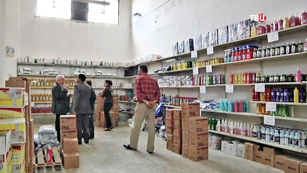 Покупатели в магазине в Сирии