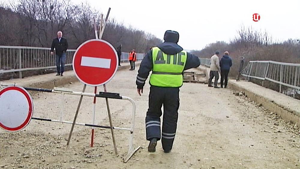 Инспектор ДПС на месте обрушения моста