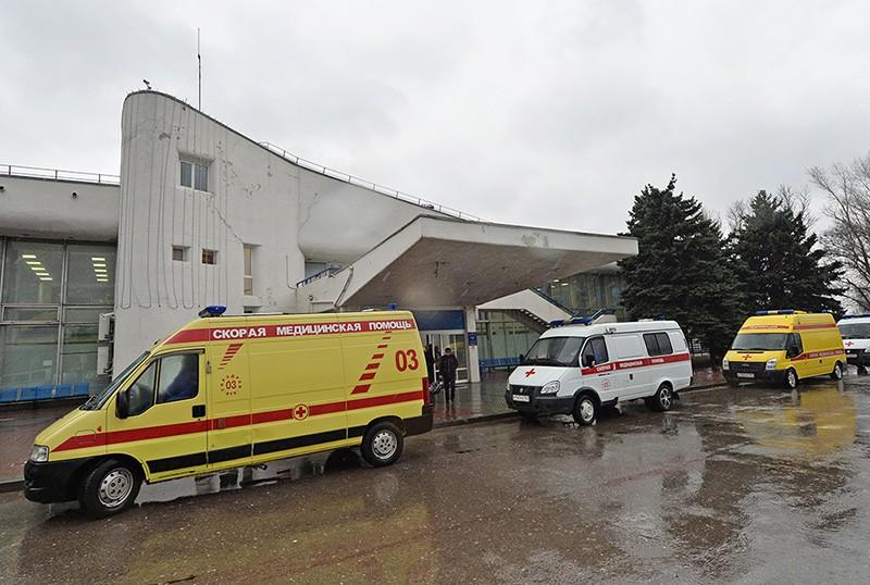 """Машины """"Скорой медицинской помощи"""" в аэропорту Ростова-на-Дону, где при посадке разбился пассажирский самолет Boeing-737-800"""