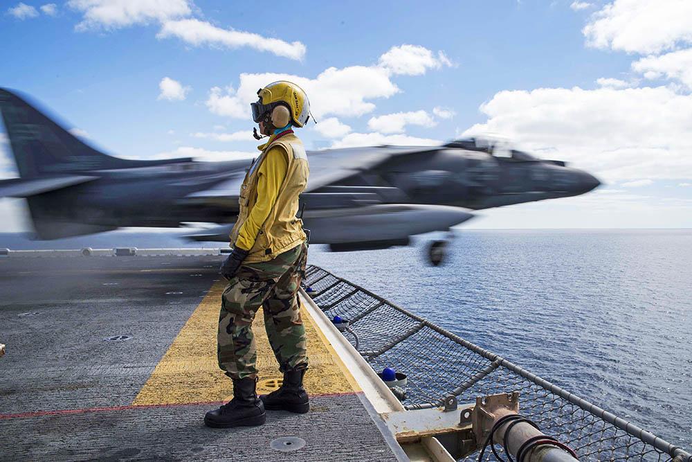 Взлёт истребителя ВВС США с авианосца