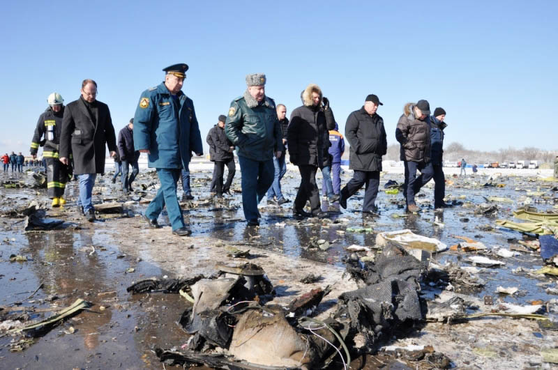 Комиссия на месте крушения пассажирского самолета Boeing-737-800, который разбился при посадке в аэропорту Ростова-на-Дону