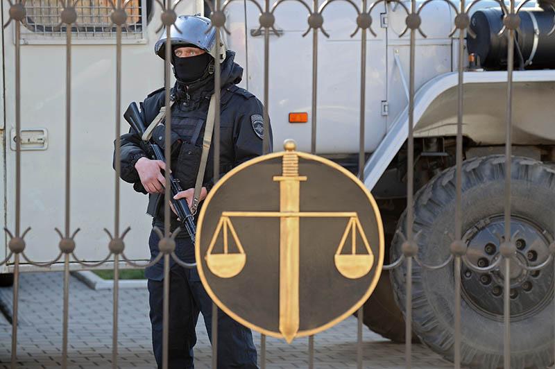 Сотрудник правоохранительных органов у здания Донецкого городского суда Ростовской области
