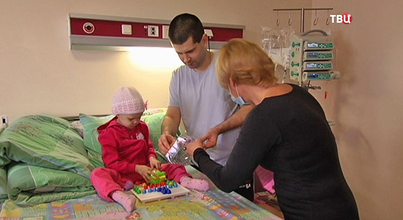 Настя Матушкина играет с родителями