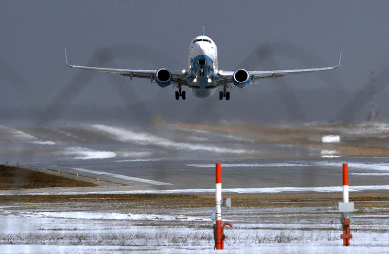 Пассажирский самолет заходит на посадку