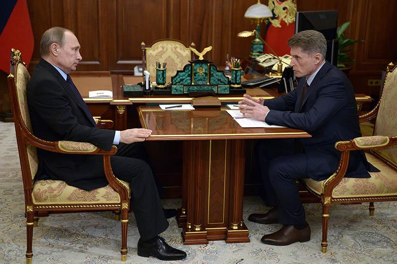 Президент России Владимир Путин и губернатор Сахалинской области Олег Кожемяко во время встречи