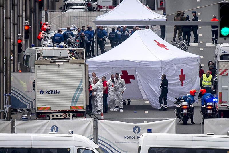 Полиция и медики на месте взрыва в аэропорту Брюсселя