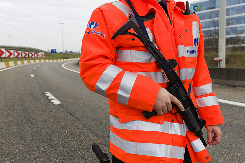 Сотрудник полиции у аэропорта в Брюсселе, где произошел взрыв