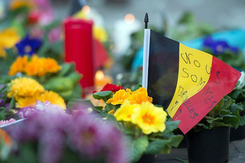 Цветы в память о погибших в бельгийских терактах