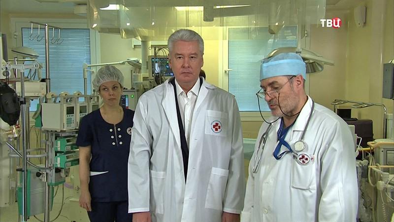 Мэр Москвы Сергей Собянин во время посещения НИИ неотложной детской хирургии