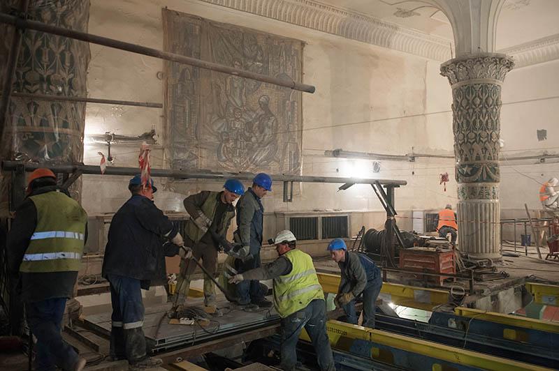 """Рабочие во время реконструкции вестибюля станции """"Проспект Мира"""""""