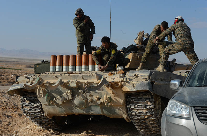 Солдаты сирийской армии загружают боекомплект в танк Т-72 на переднем крае в горах в 10 км от Пальмиры