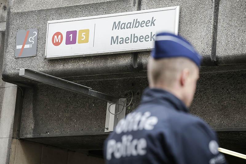 Офицер полиции Бельгии около входа в метро
