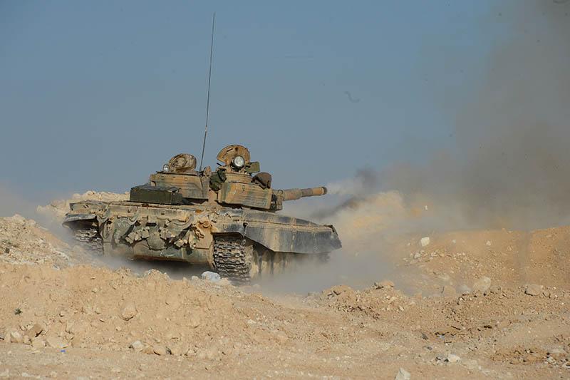 Танк Т-72 сирийской армии ведет огонь на передовой позиции