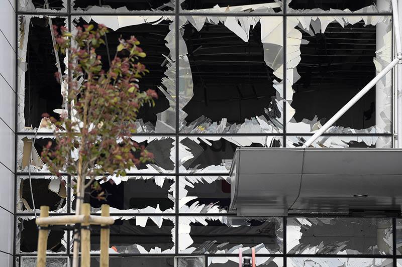Выбитые взрывной волной окна аэропорта Брюсселя
