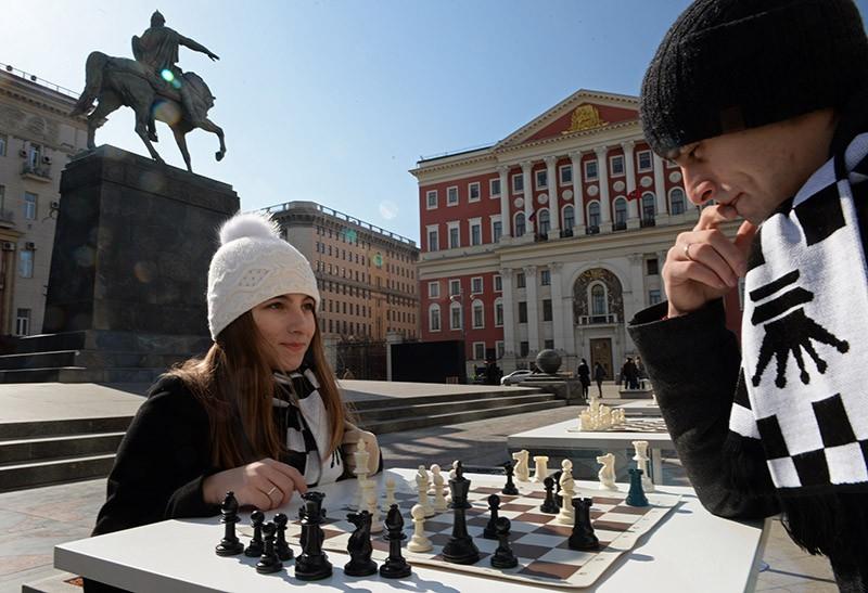 Горожане играют в шахматы на интерактивной шахматной площадке на Тверской площади в Москве