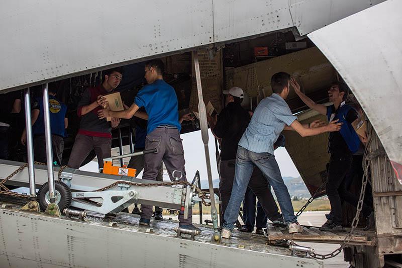 Разгрузка самолета с гуманитарной помощью