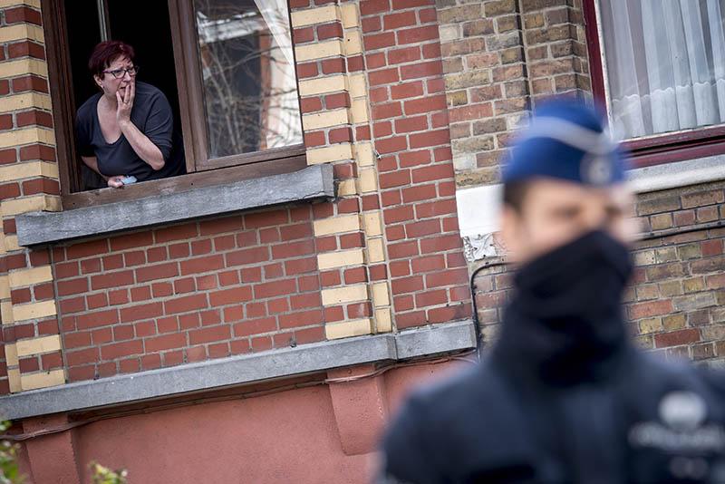 Полицейский обеспечивает безопасность в Брюсселе