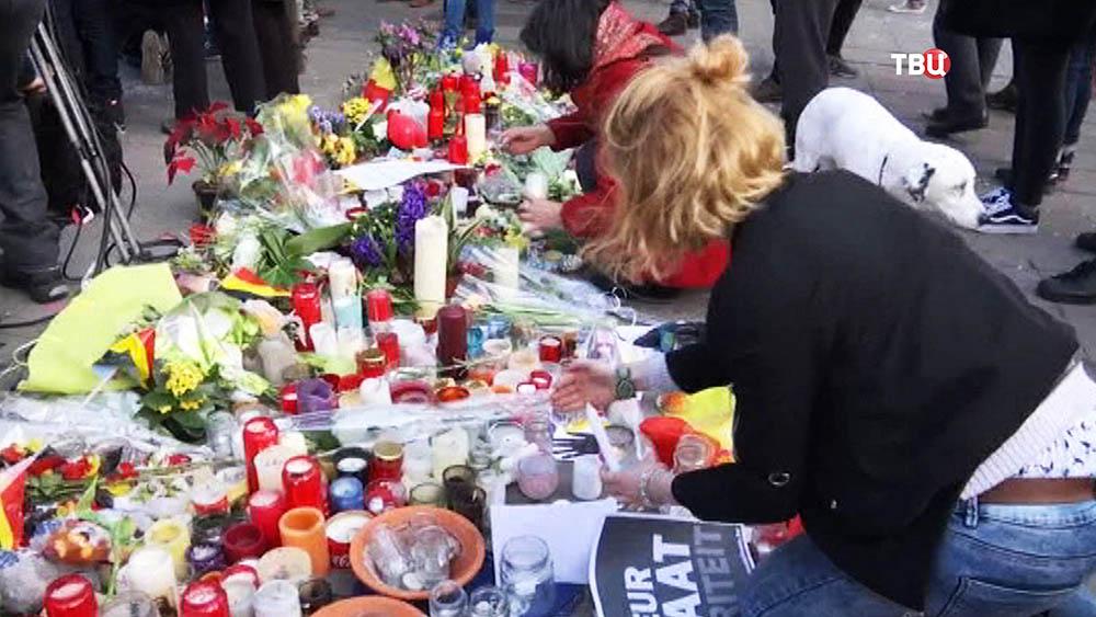 Цветы и свечи в память о погибших в терактах в Брюсселе