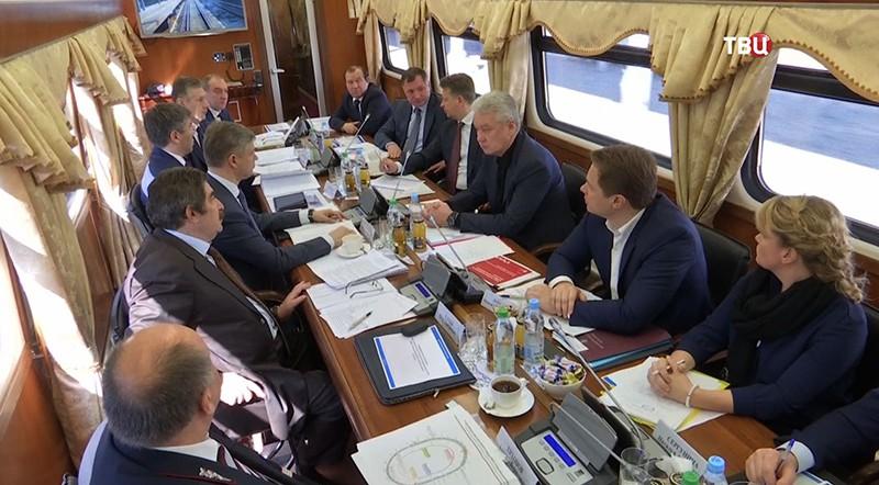 Сергей Собянин на совещании в поезде