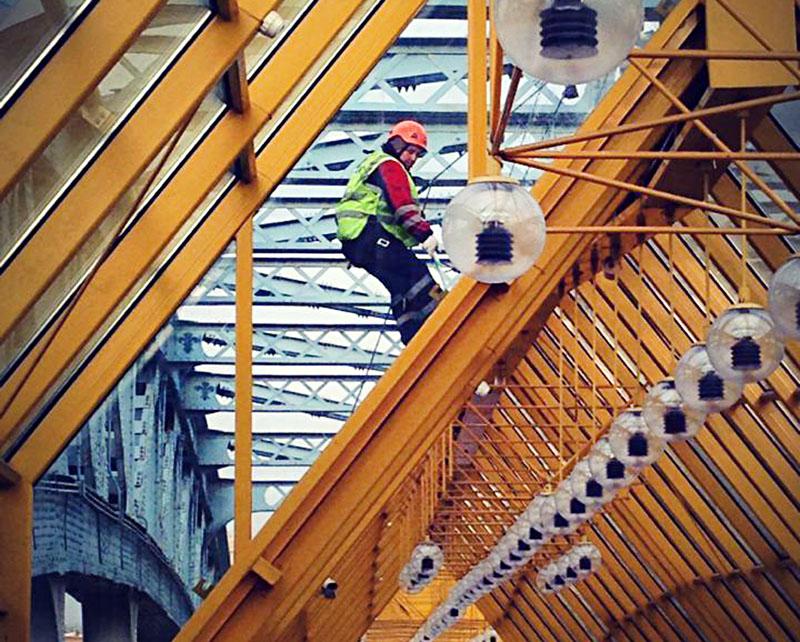 Работники Гормоста моют Андреевский мост