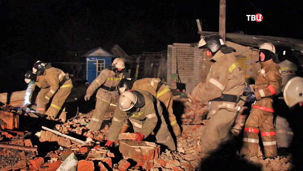 Спасатели МЧС разбирают завалы