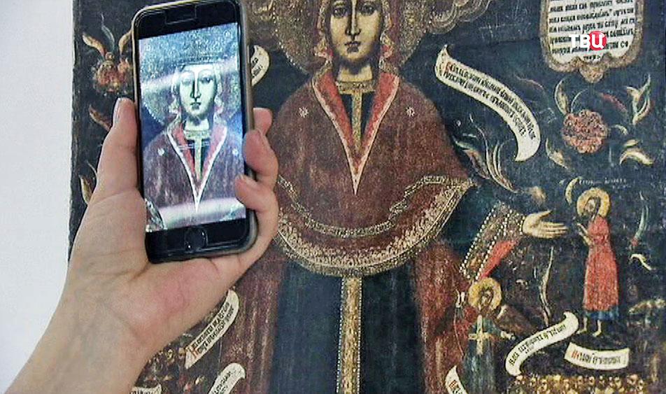 Фотографируют икону на смартфон