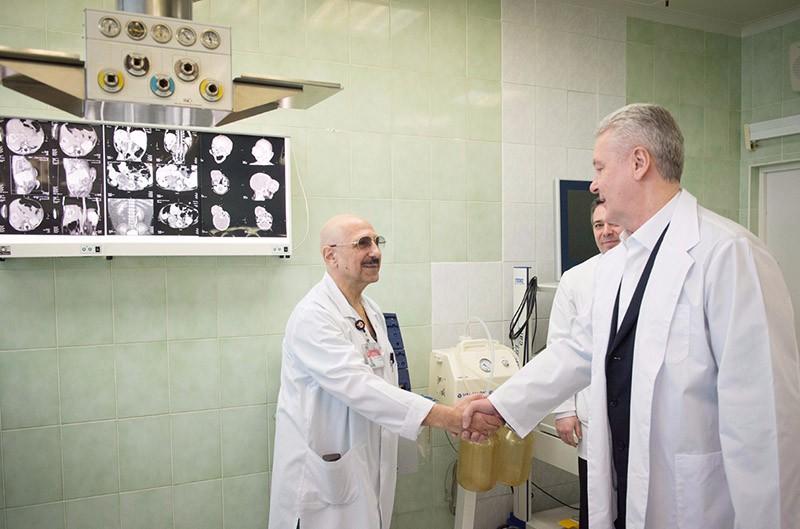Мэр Москвы Сергей Собянин беседует с врачом
