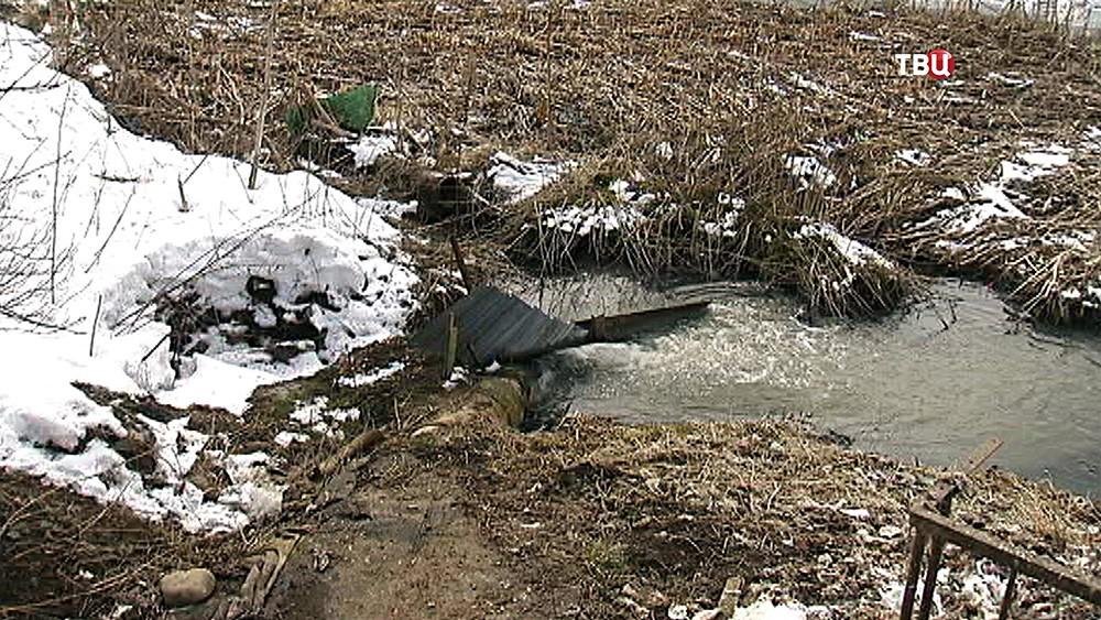 Загрязненная река