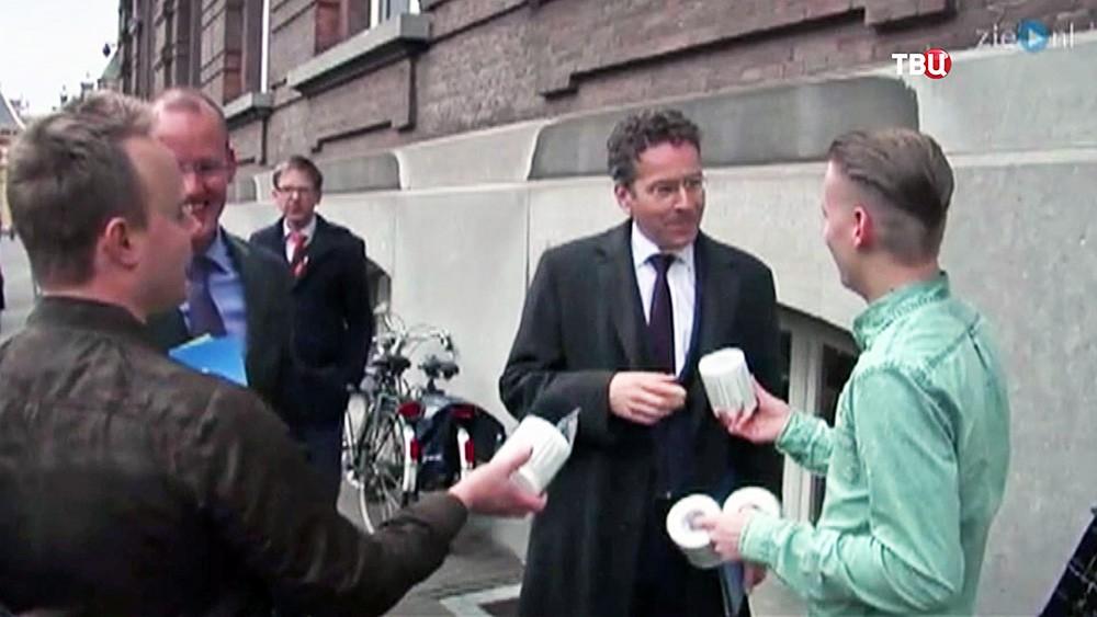 Министр финансов Нидерландов Йерун Дейсселблум получает туалетную бумагу