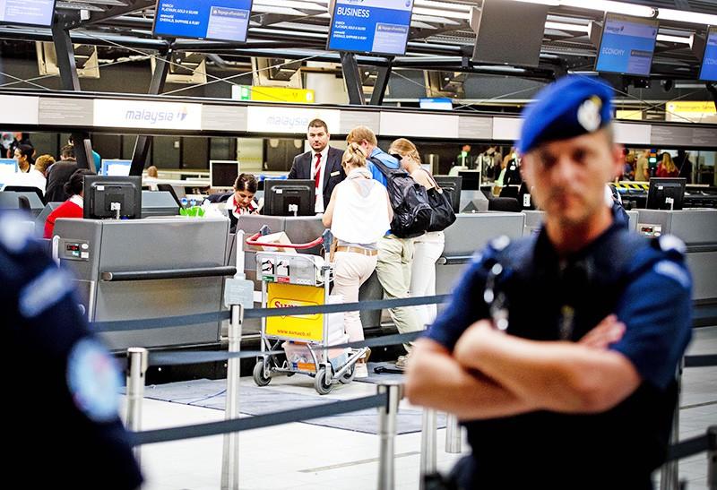 Полиция Нидерландов в аэропорту