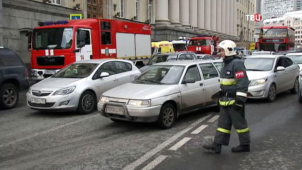 Пожарные перекрывают автомобильное движение в районе возгорания