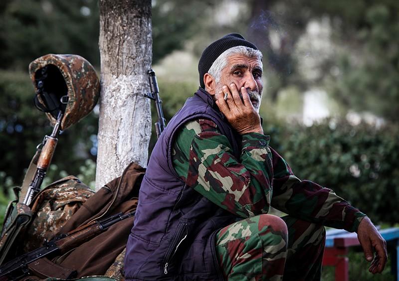 Доброволец у сборного пункта в городе Аскеране в Нагорном Карабахе