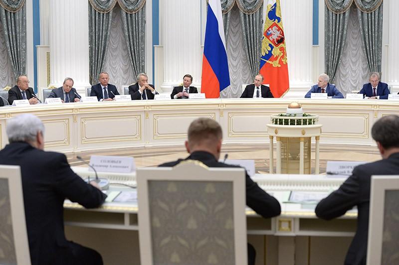 Президент России Владимир Путин проводит заседание в Кремле