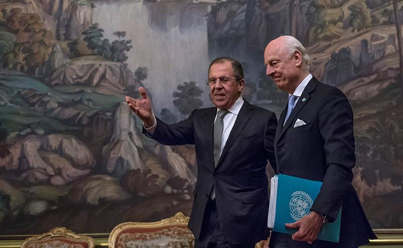 Министр иностранных дел России Сергей Лавров и специальный посланник ООН по Сирии Стаффан де Мистура во время встречи в Москве
