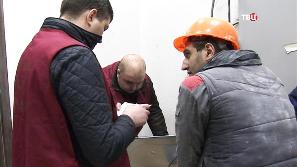 Сотрудник ФМС проверяет документы у рабочего
