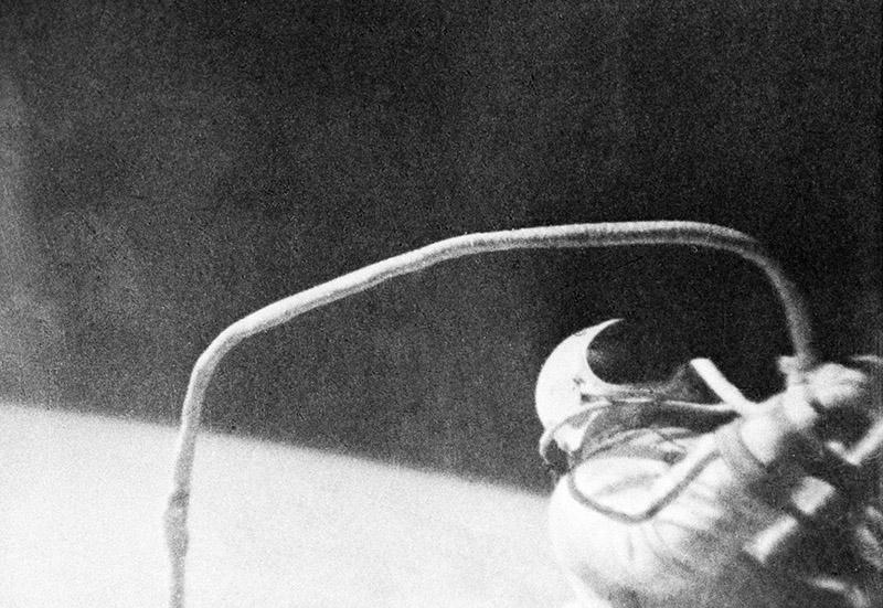 """Летчик-космонавт СССР Алексей Архипович Леонов выходит в открытый космос из корабля """"Восход-2"""""""