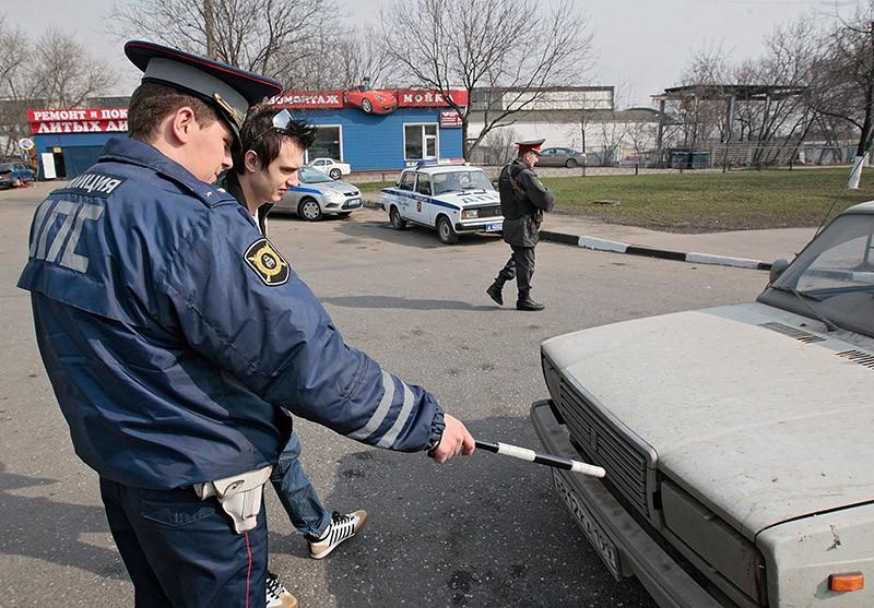 """Сотрудники ГИБДД задерживают грязные автомобили в рамках акции """"Чистый автомобиль"""""""