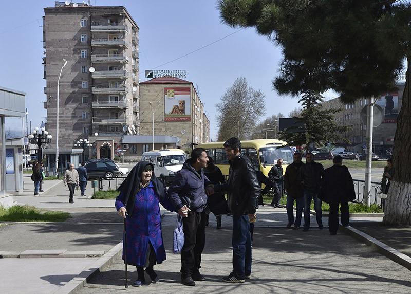 Местные жители в городе Степанакерте Нагорно-Карабахской Республики