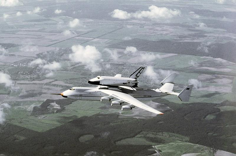 """Самолет Ан-225 """"Мрия"""" с многоразовым космическим кораблем """"Буран"""" на внешней подвеске"""