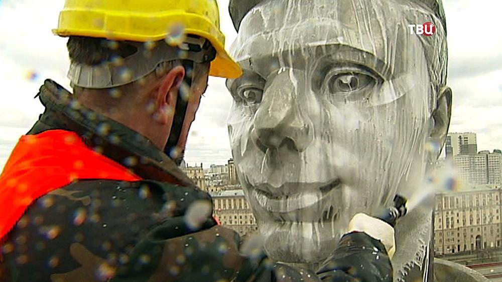 Коммунальщики моют памятник Гагарину на Ленинском проспекте
