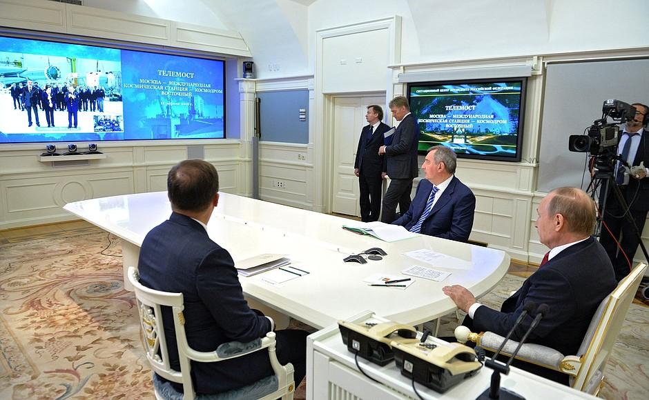 Прзидент России Владимир Путин проводит телемост с Международной космической станцией и космодромом Восточный