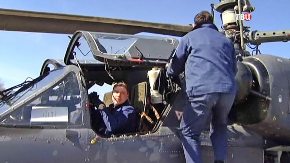 Пилот военного вертолета и техник