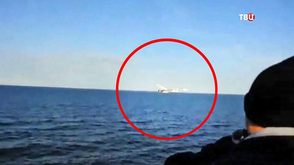 """Истребитель Су-24 ВКС России рядом с эсминцем ВМС США """"Дональд Кук"""""""