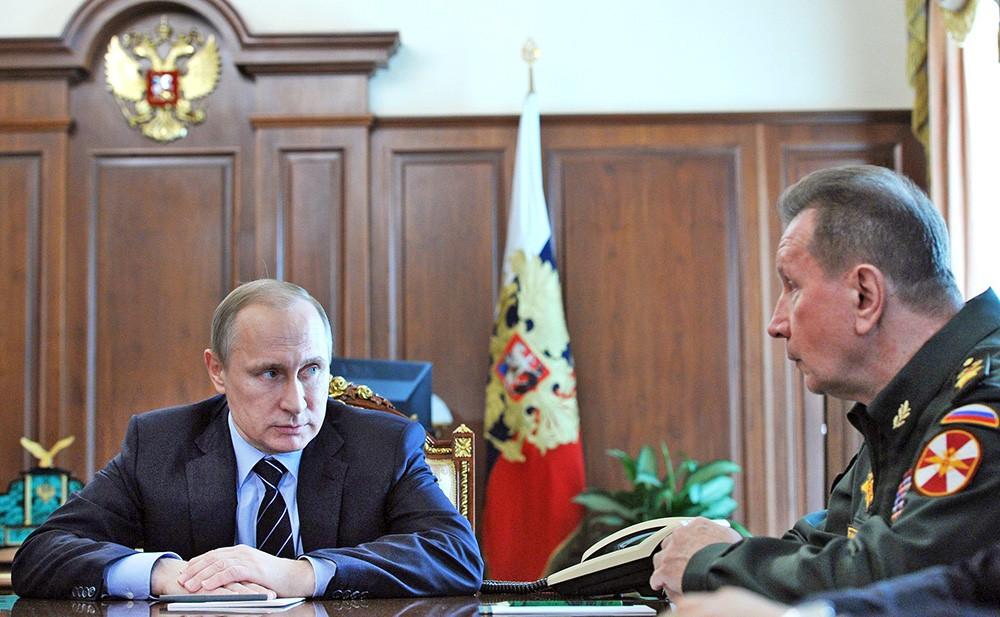 Президент России Владимир Путин и главнокомандующий внутренними войсками МВД Виктор Золотов во время совещания в Кремле